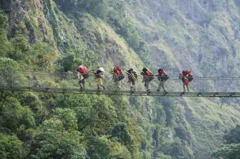 Nos porteurs sur un pont suspendu - Népal -