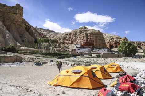 Camp dans la cour du Monastère de Jhong -Nepal -