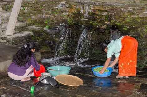 Vaisselle au point d'eau Népal -