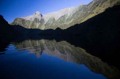 A l'aube dans le fjord Doubtful Sound - Nouvelle Zélande -