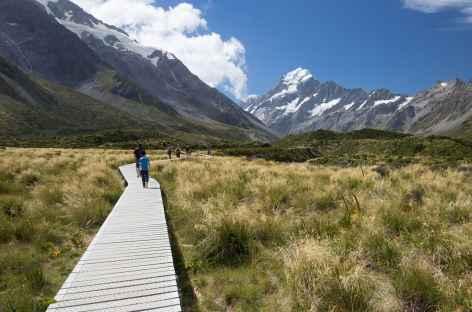 Marche dans la vallée de Hooker, en arrière plan le Mt Cook (3754 m) -