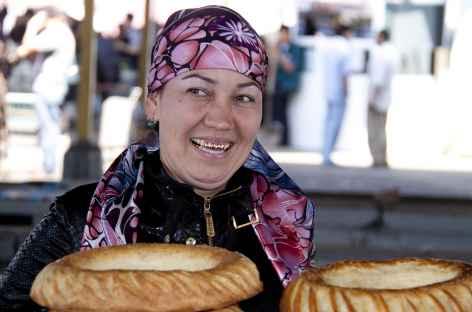 La marchande de pain, marché de Samarcande - Ouzbékistan -