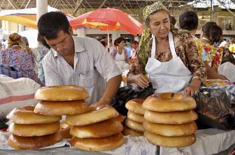 Marchands de pains au marché couvert de Samarcande - Ouzbékistan -