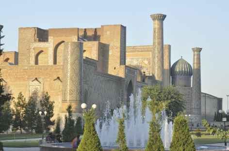 La place du Reghistan à Samarcande, vue depuis le parc - Ouzbékistan -