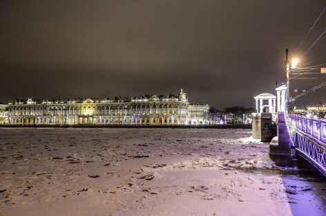 Saint-Petersbourg, la Néva et la façade de l'Ermitage -