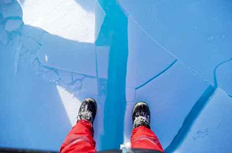 Marche délicate sur la glace du Baïkal -