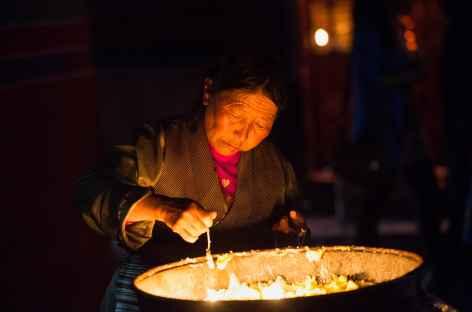 Offrande de beurre au monastère de Tandruk - Tibet -