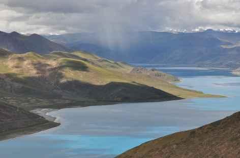 Un grain se prépare sur le lac Yamdrok - Tibet -