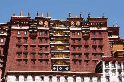 Détail de la façade colossale du Potala, vue sur le Palais rouge - Lhassa, Tibet -
