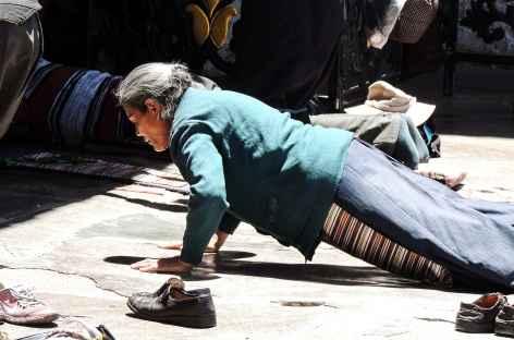 Prosternation devant le Jhokang à Lhassa - Tibet -