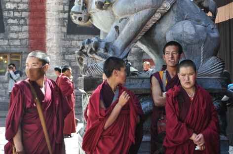 Jeunes nonnes en visite à Sakya - Tibet -