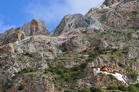 Les échevaux de drapeaux à prières à Drak Yerpa - Tibet -