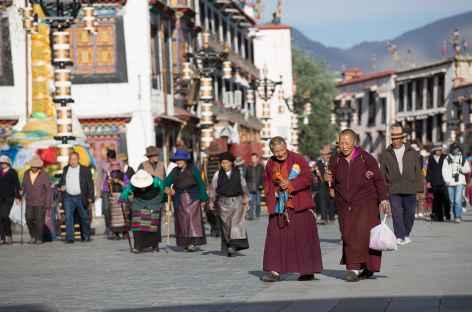 Pélerins sur le Barkhor à Lhassa, Tibet -