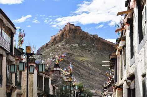 La vielle ville de Gyantsé dominée par la forteresse - Tibet -