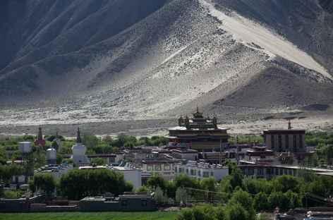 Vue depuis les hauteurs sur l'ensemble monastique de Samyé - Tibet -