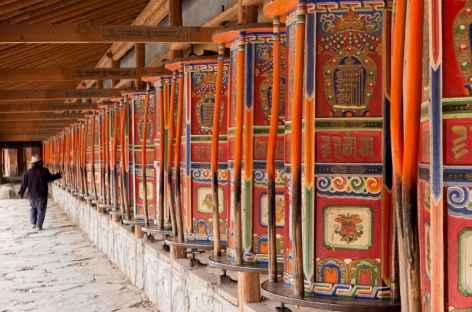 Mur de moulins à prières à Labrang - Amdo, Chine -