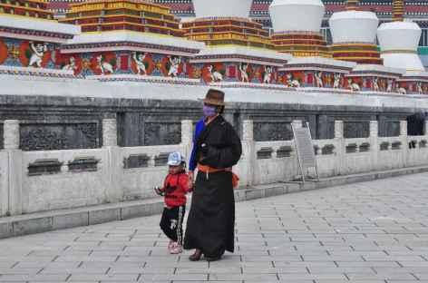 Tibétaine effectuant une kora au Kumbum de Xining, Chine  -