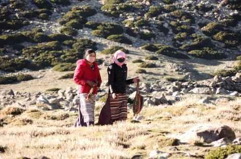 Femmes nomades revenant du village - Tibet -
