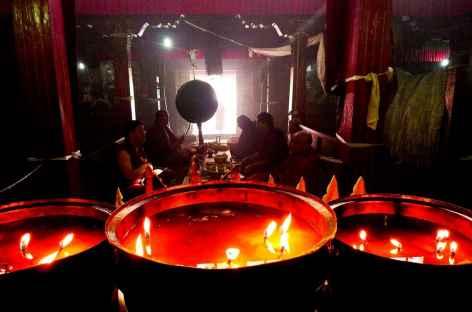 Cérémonie et lampes à beurre - Tibet -