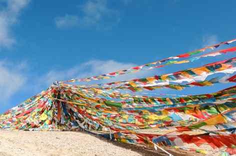 Drapeaux sur l'ile de Tashido lac Namtso - Tibet -