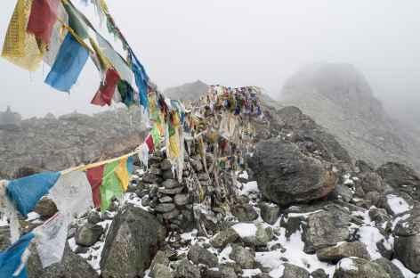 Passage de col, marqué de nombreux drapeaux à prières - Tibet -