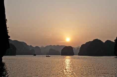 Coucher de soleil dans la baie d'Halong -