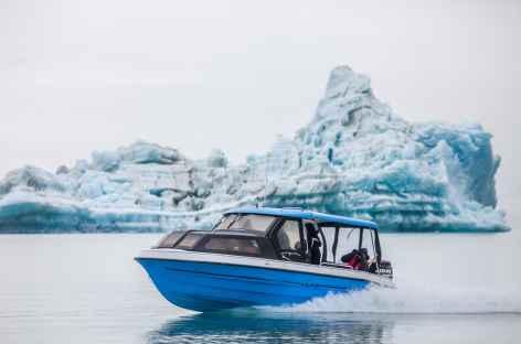 Navigation entre les icebergs du fjord d'Ammassalik - Groenland -