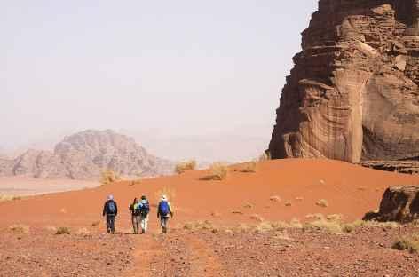 Marche dans le désert du Wadi Rum - Jordanie -