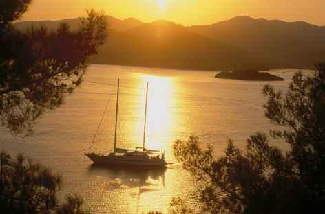 Coucher de soleil vers l'île de Yassicalar - Turquie -