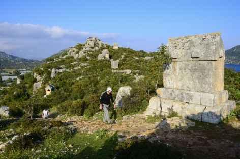 En arrivant sur les sarcophages lyciens de Simena, Lycie - Turquie -