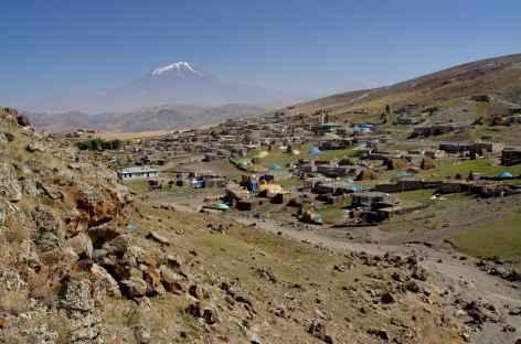 Sur la route entre Dogubeyazit et Van, au fond le Mont Ararat - Turquie -