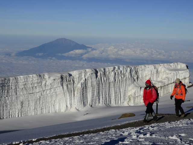 Glaciers sommitaux du Kili, au loin le Mont Meru - Tanzanie, © Julien Erster - TIRAWA