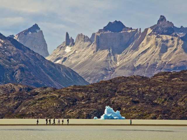 Parc national Torres del Paine, balade au bord du lac Grey - Patagonie - Chili, © Christian Juni - TIRAWA
