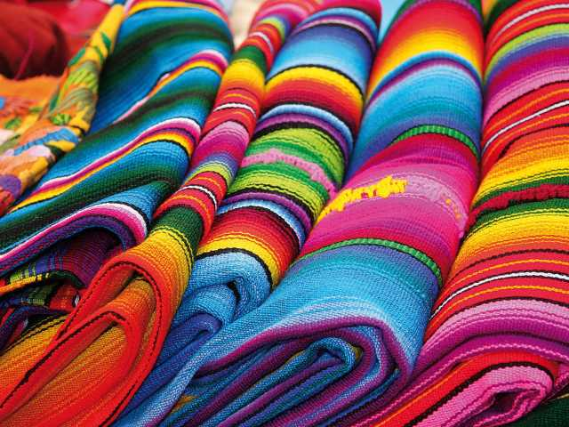 Couleurs des tissus sur un marché - Guatemala, © Julien Freidel - TIRAWA