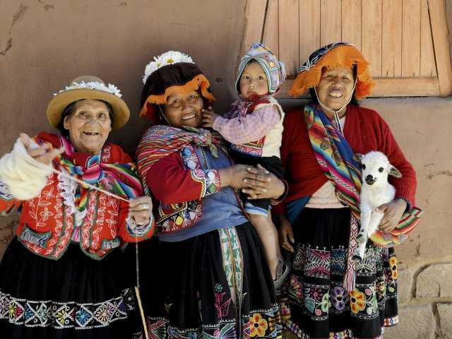 Joyeuses femmes sur le marché de Pisac - Pérou, © Robert Dompnier - TIRAWA
