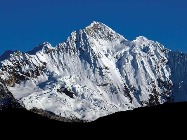 Vue sur le Paqcharaju (5751 m) en montant au col Tocclaraju (5050 m) - Pérou, © Julien Freidel - TIRAWA
