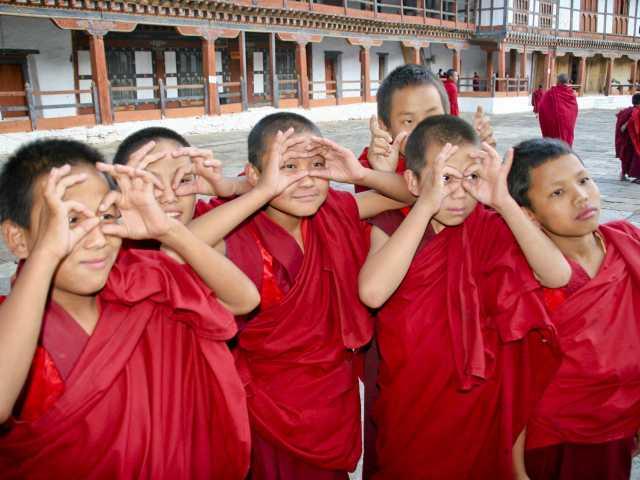 Récréation dans la cour du Dzong - Bhoutan, © Thierry Monniez - Tirawa