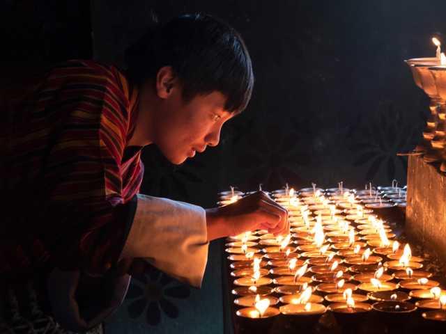 Offrande de lampes à beurre - Bhoutan, © Robert Dompnier