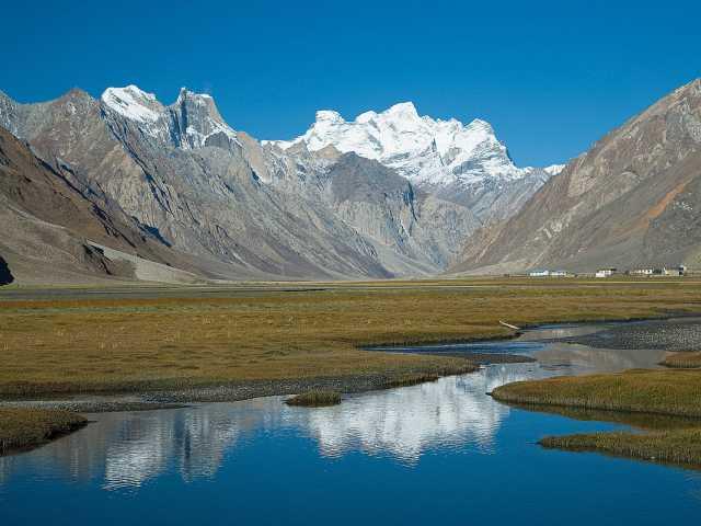 Le village de Rangdum dominé par le Great Himalayan Range, Ladakh Inde, © Christian Juni - Tirawa
