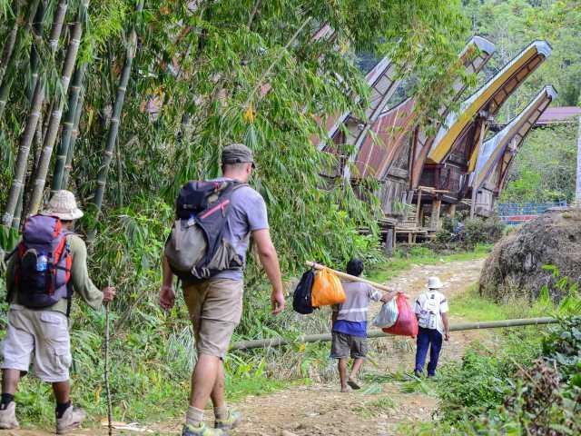 Marche vers le village de Lempo, Pays Toraja, Sulawesi - Indonésie, © Julien Erster - TIRAWA