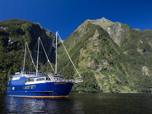 Notre bateau dans le somptueux fjord de Doubtful Sound - Nouvelle Zélande, © Christian Juni - TIRAWA