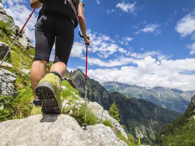 Acquérir une bonne stabilité pendant la marche est l'un des objectifs !, © istockphotos