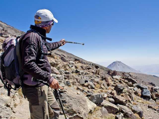Notre guide de montagne pointant le Petit Ararat - Turquie, © Julien Erster - TIRAWA