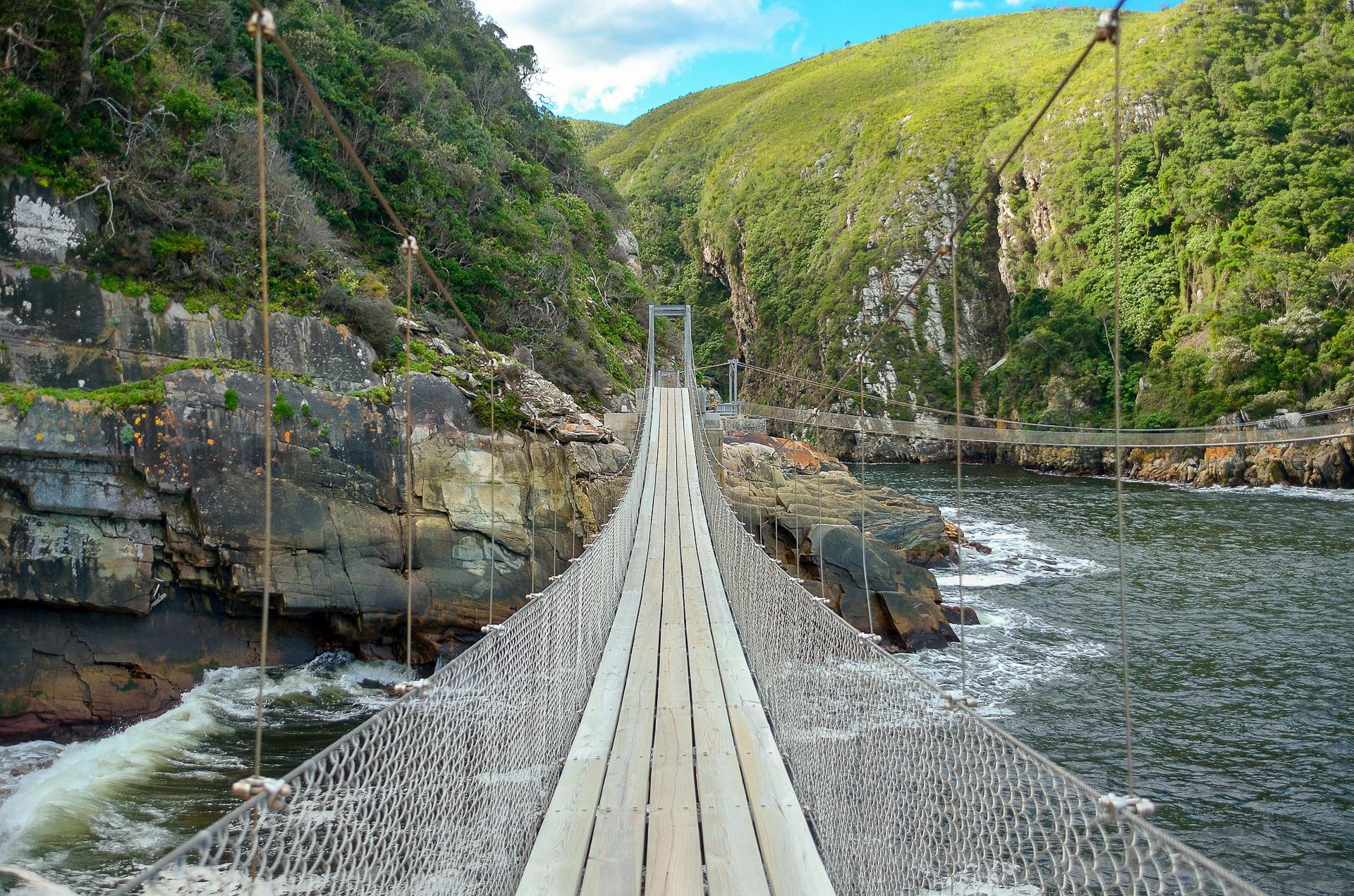 Pont suspendu surplombant la rivière Storms