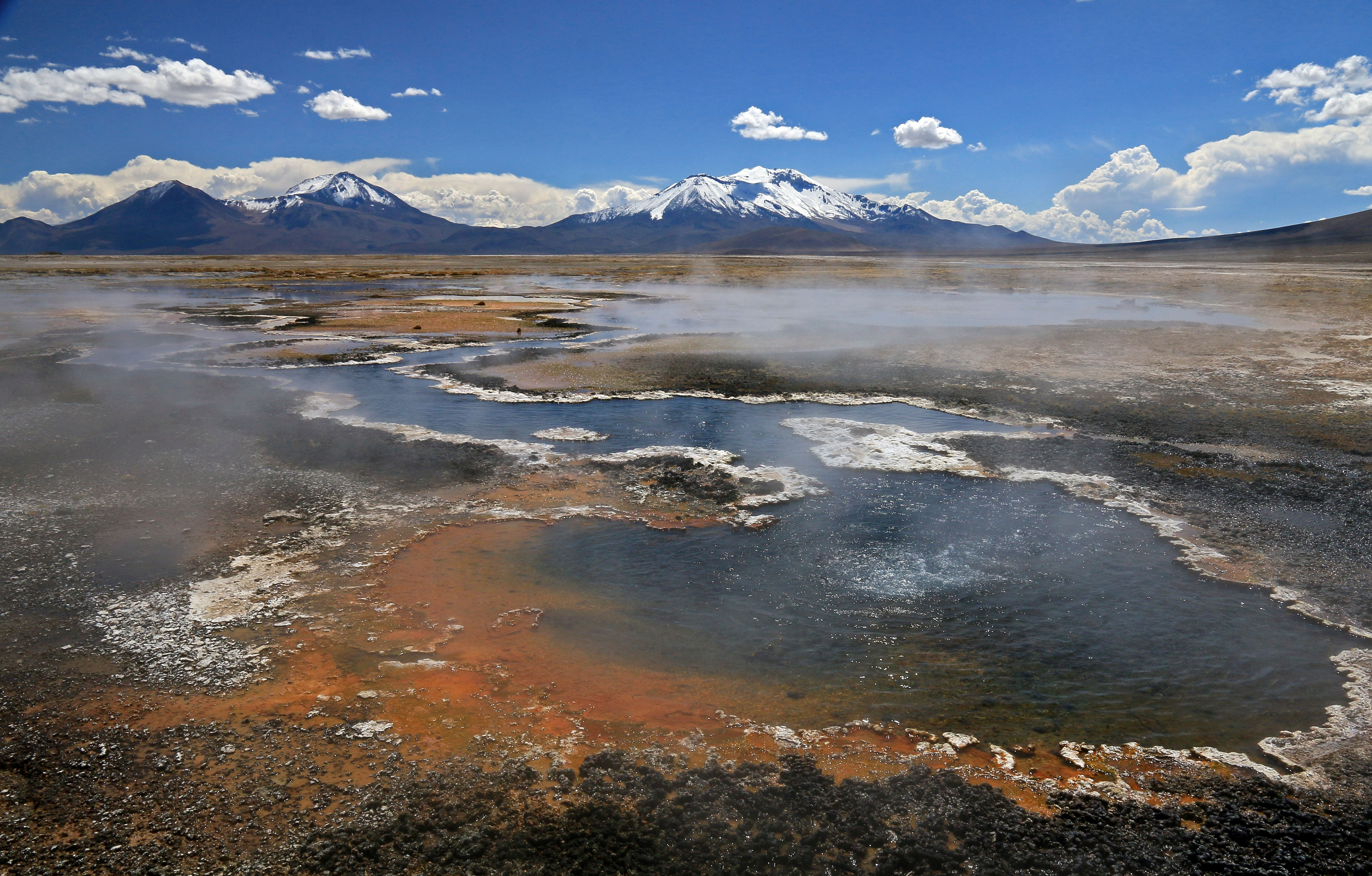 Sources chaudes Salar Surire lagunes montagnes enneigées
