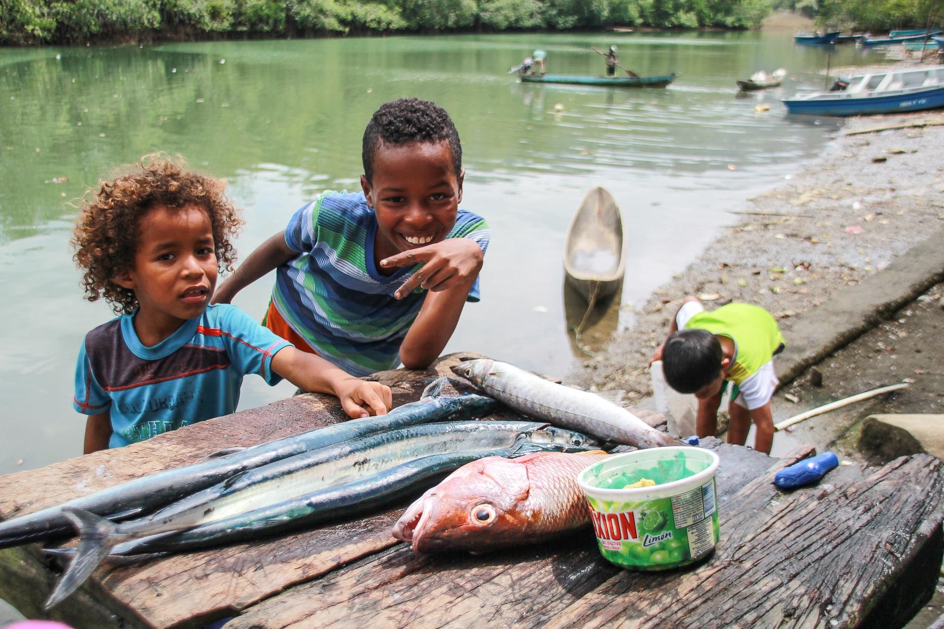 Enfants de pecheurs - cote sauvage pacifique - Colombie