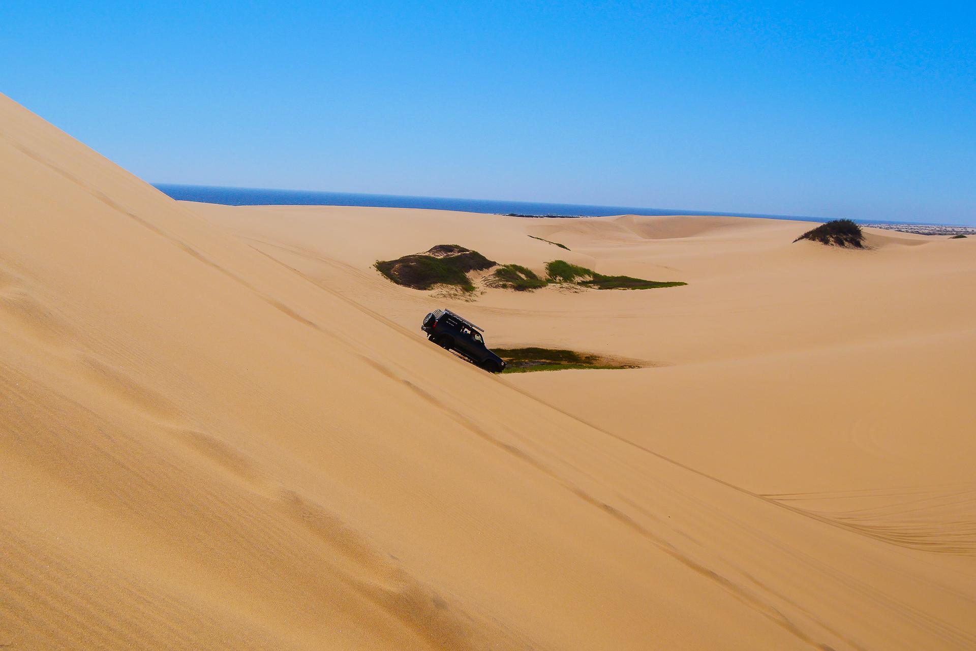 4x4 dans les dunes du désert du namib Sandwich bay