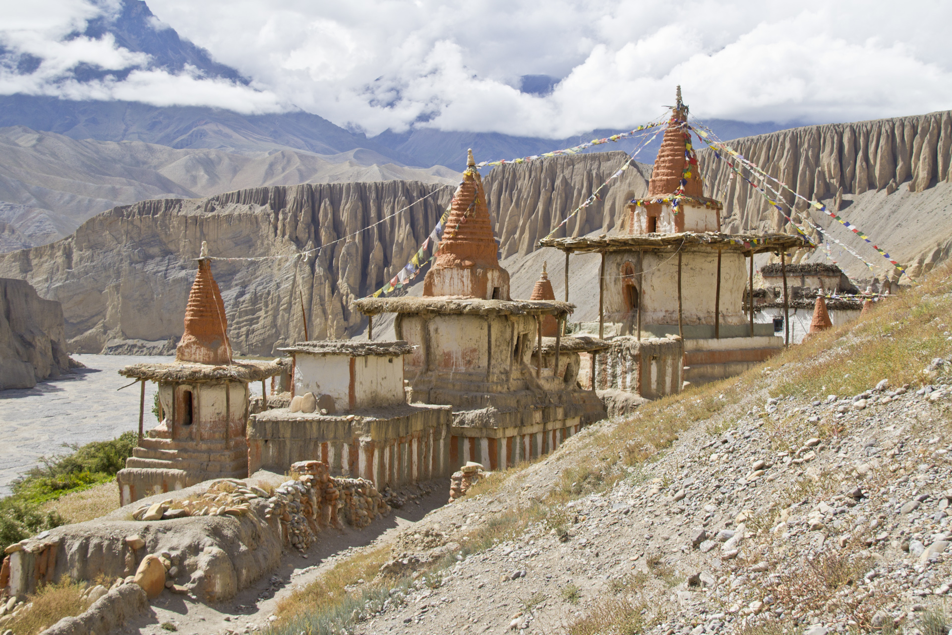 Tanggyé : monastère et magnifique alignement de chortens dans une belle ambiance médiévale.