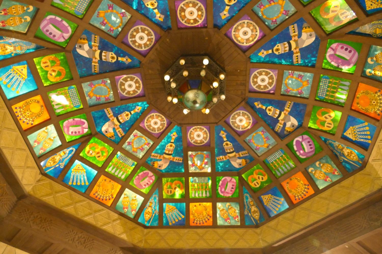 """Les plafonds des """"croisements"""" ressemblent à des vitraux... sinon ils sont recouverts de bois"""