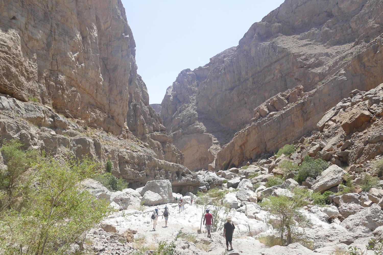 On s'enfonce dans le canyon wadi bani khalid
